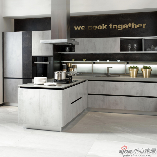 吧台与开放架贯穿厨房与客厅,一体成型,让空间尽可能地开阔、大气。