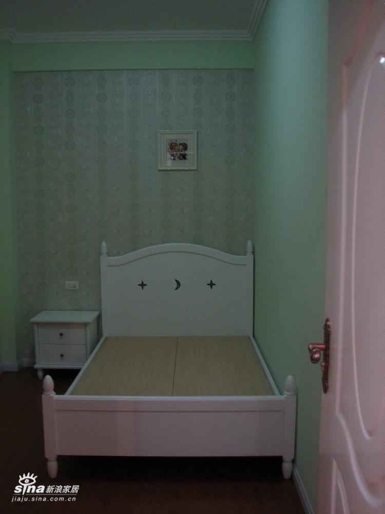 次卧的墙是翠绿色的,因为晚上光图片