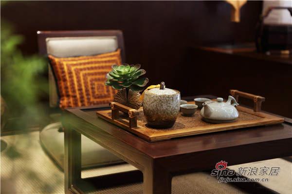 桌子上放一点绿色小植物很美