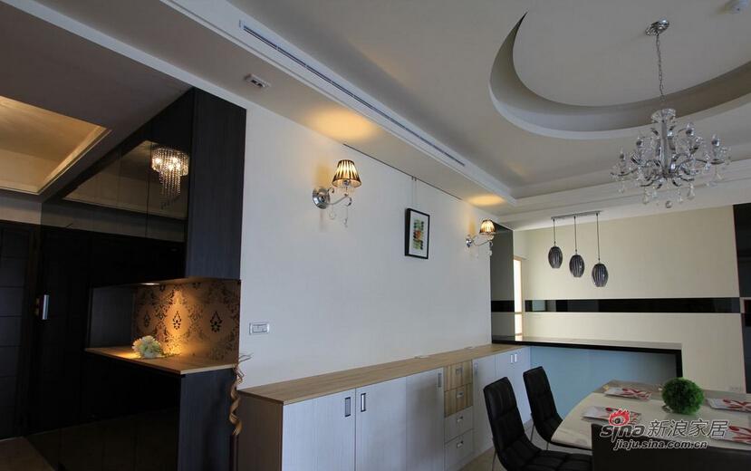 白色墙面以壁灯、框画点缀