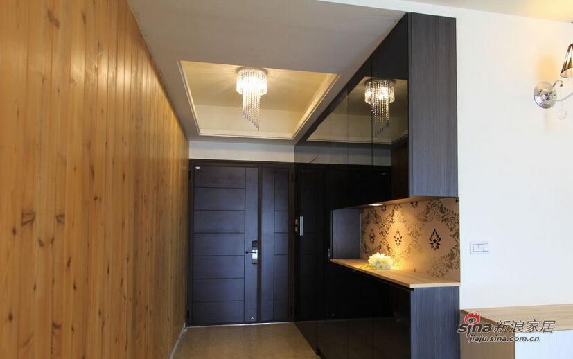 利用大面积延伸的墨镜,完美隐藏储藏室
