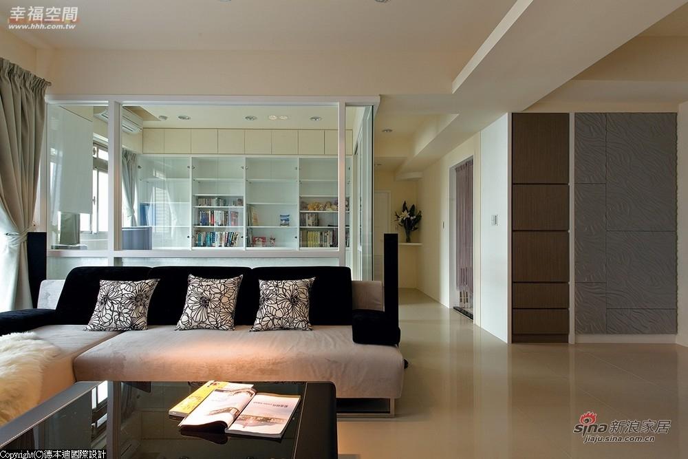纳入视觉的范围,进而放大了客厅的空间