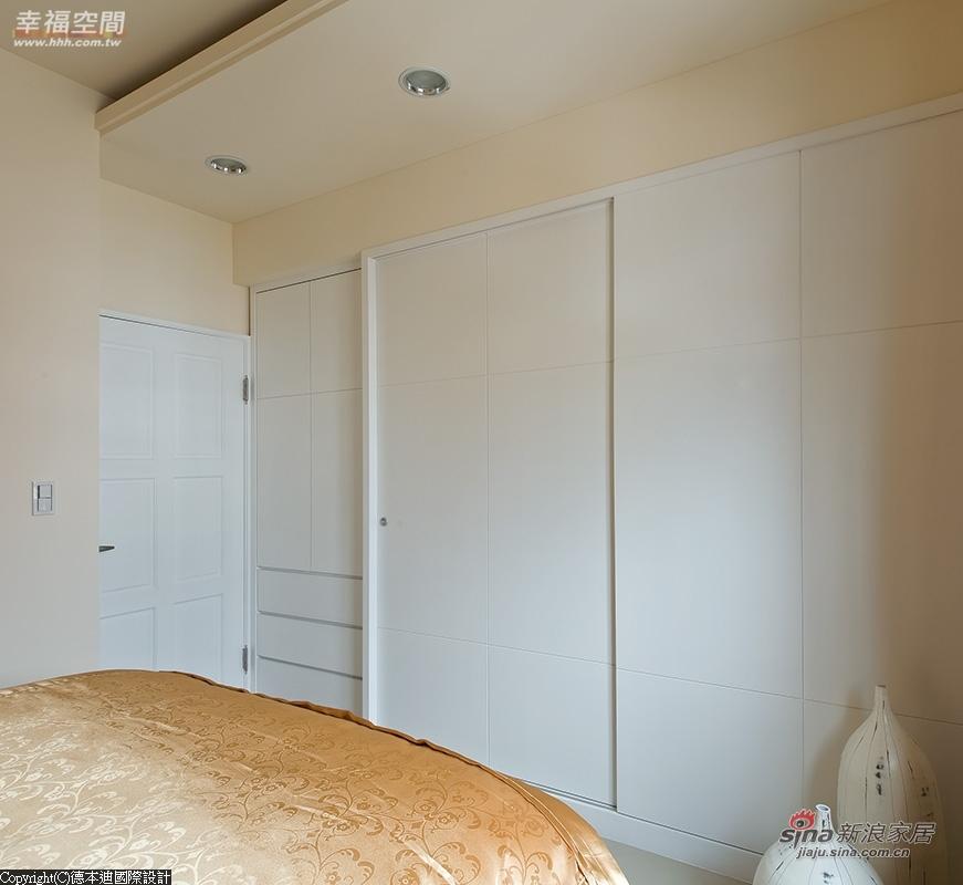 大量的收纳隐藏在素净的白色柜体