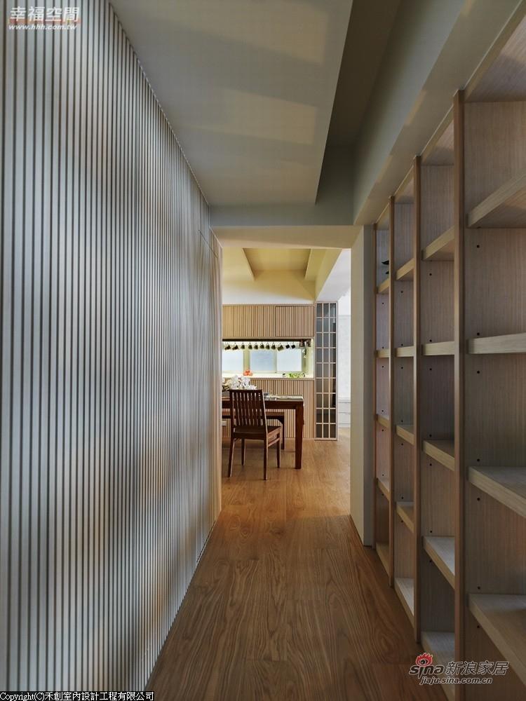 以镂空的木作展示柜取代实墙