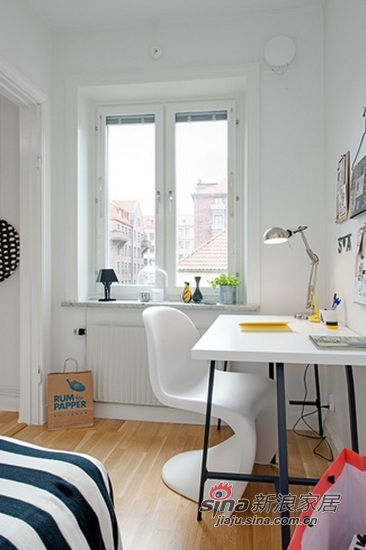 书桌和造型独特的椅子