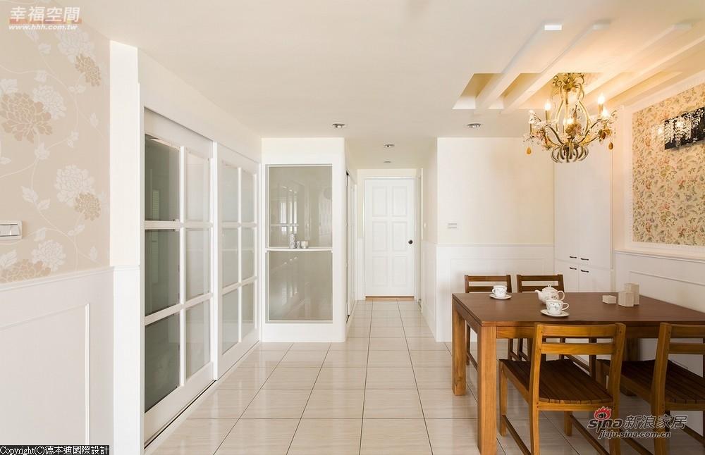 以玻璃拉门区隔厨房及和室空间