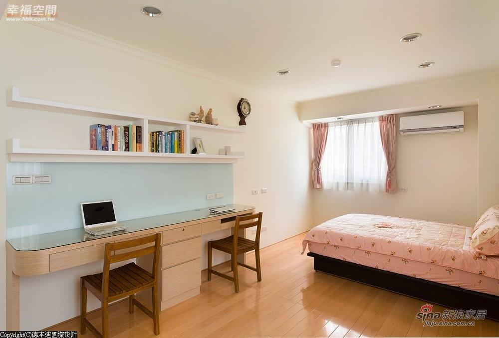 衣柜改为白色烤漆和新的书桌和柜体十分相衬
