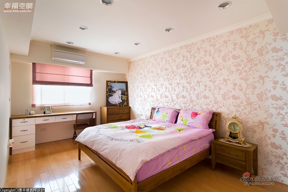 床和床头柜是沿用旧有的