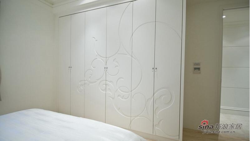 床尾橱柜门片以凹版式造型雕花装饰