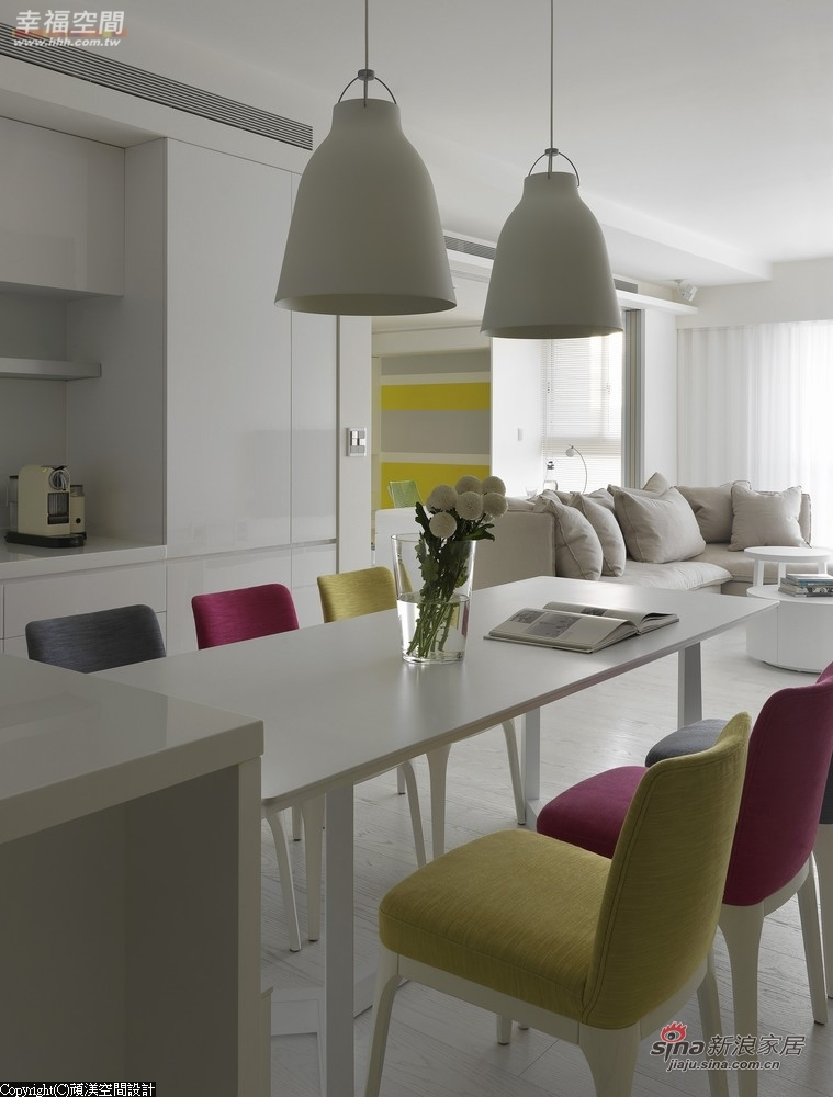 跳接大胆亮色的餐椅、家饰妆点缤纷活力