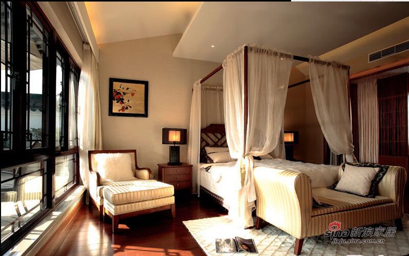 温暖的流水型灯饰成为卧室中一处华丽的点睛