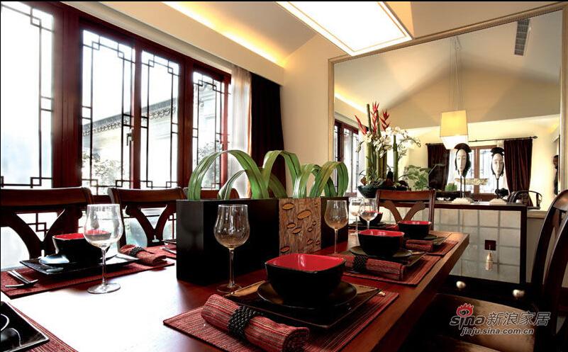 传统的木质和镜面条纹墙壁的新搭配