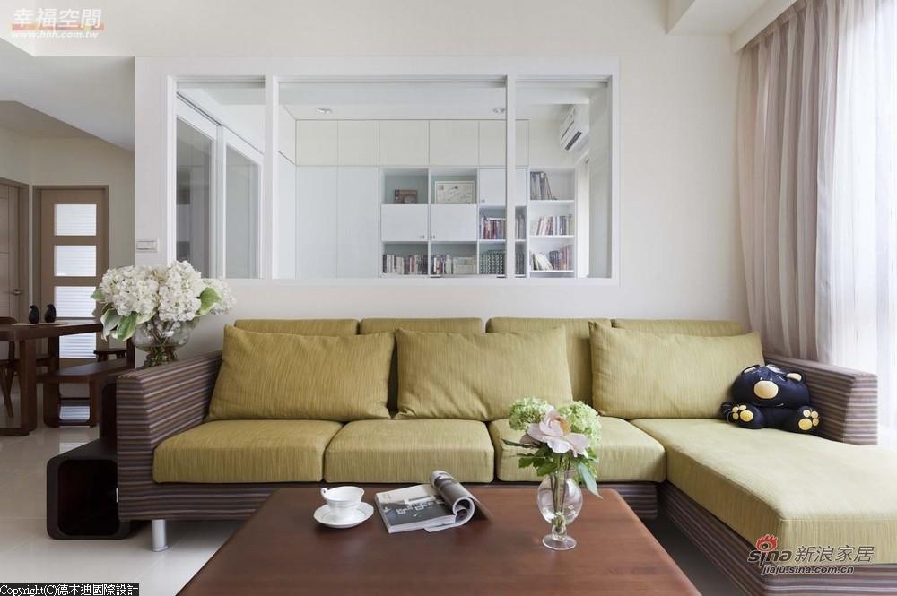 沙发色彩的设定,延伸出电视主墙的壁纸色彩