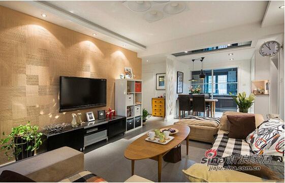客厅的电视背景墙采用木质的材料
