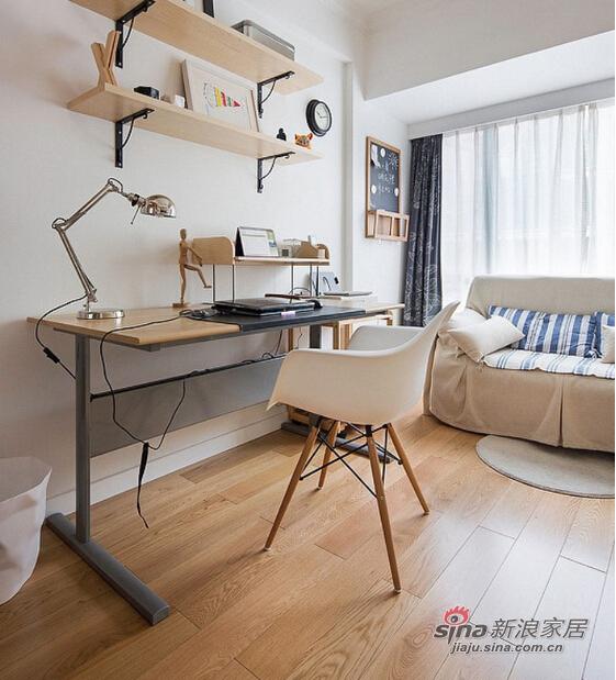 以实木地板以及书桌装饰起来的书房