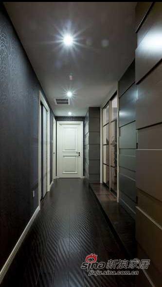 两侧墙面的不对称处理增强了空间的变幻感