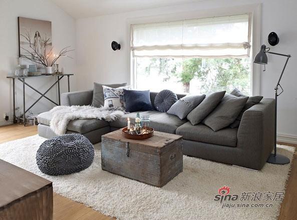 灰色的如题沙发配米色垫子