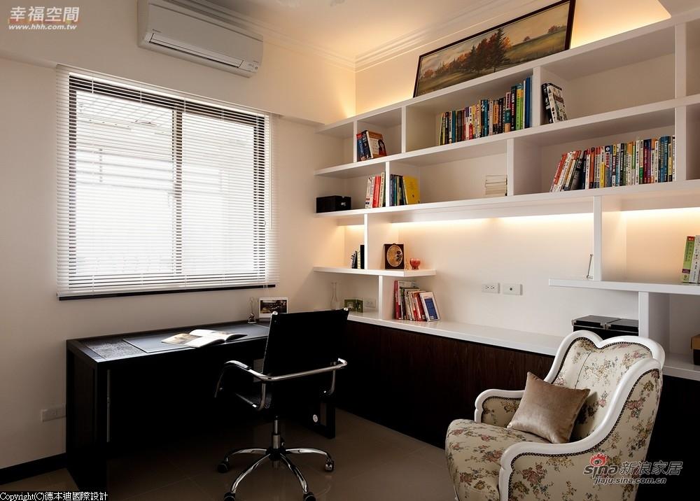 书房的书柜中预留摆放电视的空间
