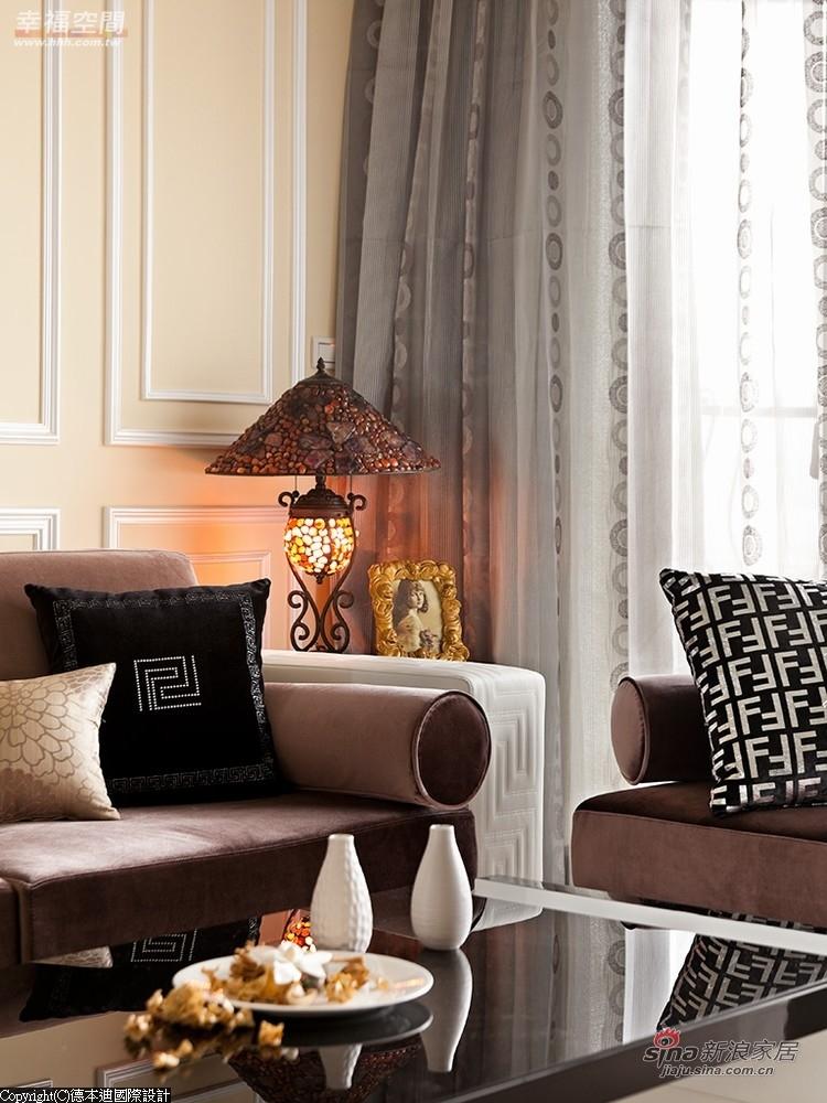 窗帘以素色布为外,内部是以花纹图腾的纱