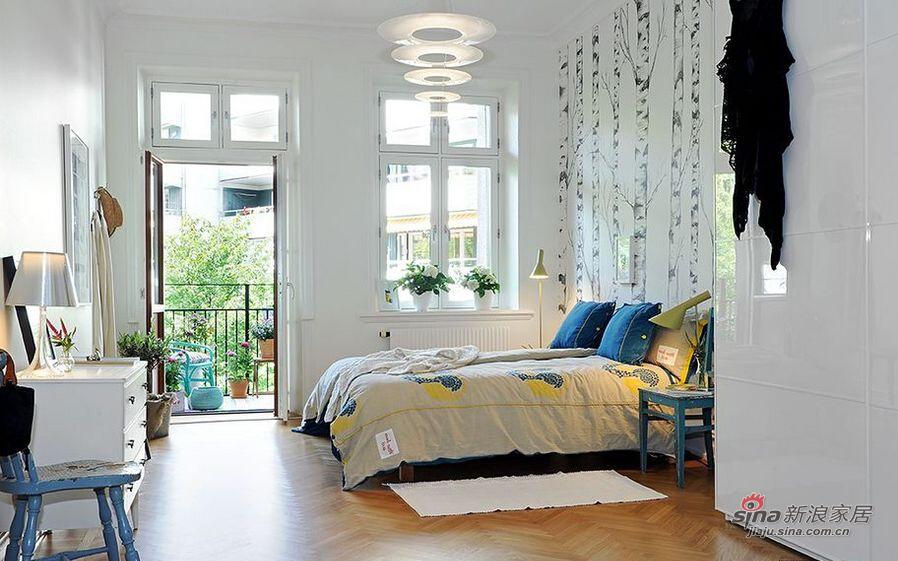 卧室使用的主灯具有拉伸空间的作用。