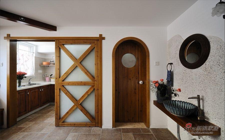 两扇门分别用圆和方塑造出空间的线条。