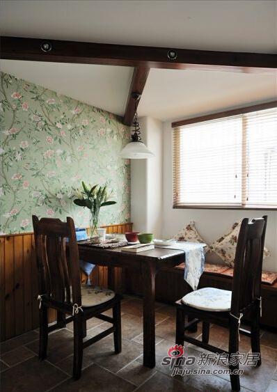咖啡色的餐桌椅、吊顶木条和地砖