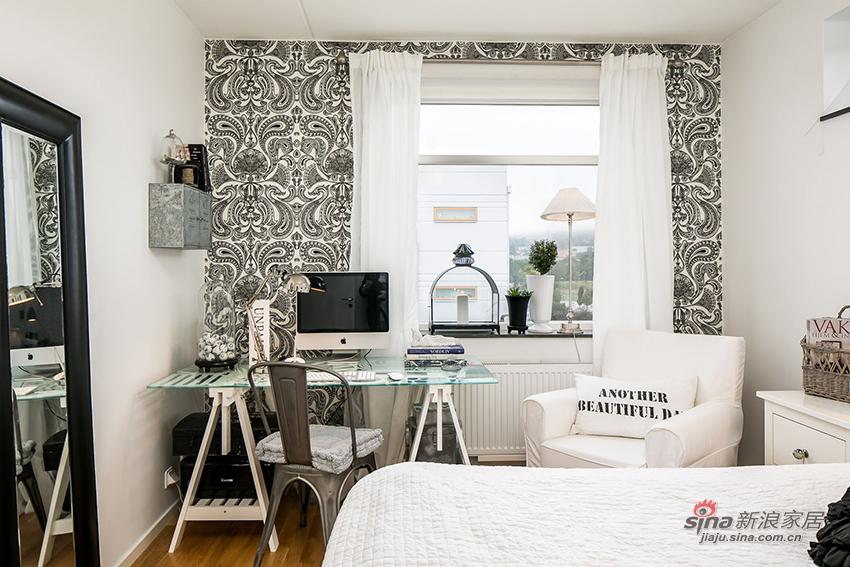 复古图案墙纸加白色窗帘很有艺术气息哦