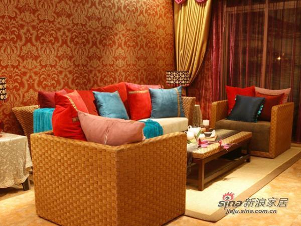 简单的沙发陪上出彩的垫子