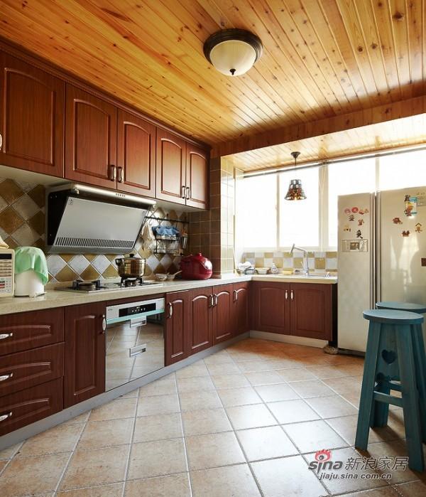 宽敞欧式木系大厨房让人心情舒畅