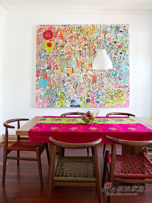 餐桌的简易配以挂画的多彩和复杂