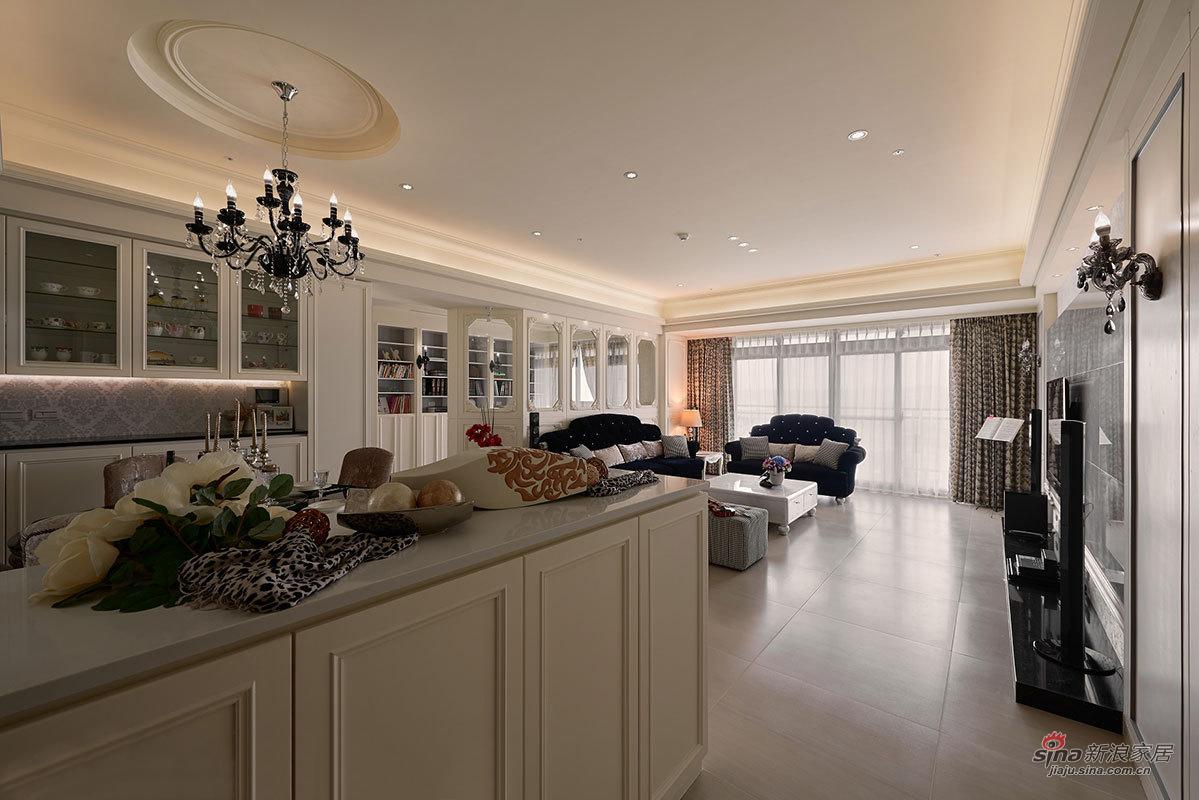 开放式厨房就在客厅旁边