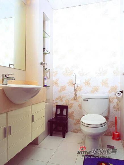 白色的卫生间显得温馨时尚。