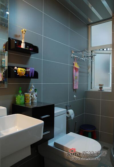 卫生间空间虽然不大却功能齐全。