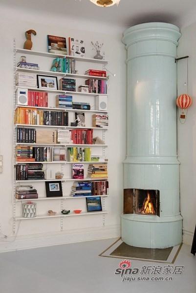 墙角的书架和壁炉