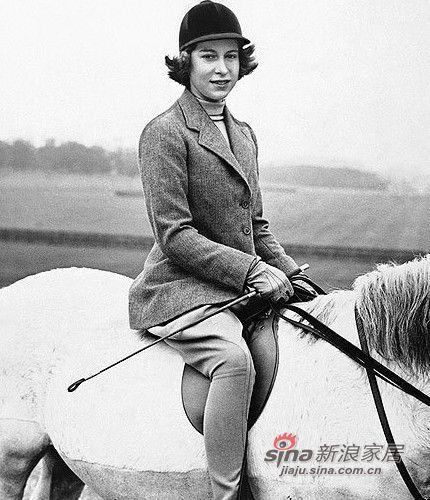 英女王帅气骑马图片