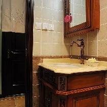 定做的实木浴室柜造型很优美。