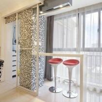 在马赛克旁有个白色小吧台,红色的高脚凳子充满时尚风。配上轻纱落地窗,让屋主充分感受惬意。