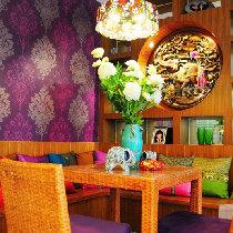 墙面壁纸衬托出了餐厅的温馨