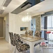 客厅旁边是开放式餐厅并以白色为主调。碎花的椅子与马赛克的墙面衬托出活力。华丽的吊灯依照低调高贵的风格。