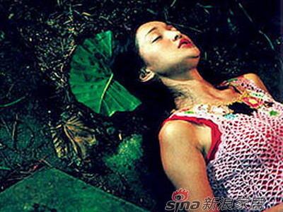 对于裸替,周迅经历得也多,单说2001年拍香港导演陈果的《香港有个好莱坞》,与两个大胖子拍情欲戏,就用了裸替。
