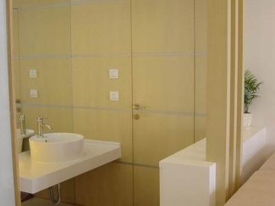 开放式洗脸台,台面为人造石,卫生间门等为白橡饰面图片