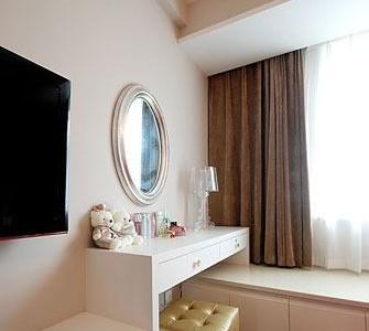 卧室电视背景做法其实很简单的,电视柜由四个抽屉组成,然后梳妆台就是两个抽屉,连接上飘窗台,也是木工做的。