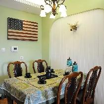 餐厅和客厅风格统一协调,美国国旗后面是电表箱你猜到了吧。