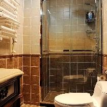 卫生间设置了干湿分区,墙砖上下分色让空间显得十分雅致。