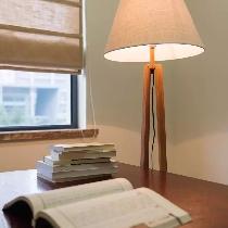 """简单、宁静的书房里,素帘、素灯呈现""""淡泊明志,宁静致远""""的人生境界。"""
