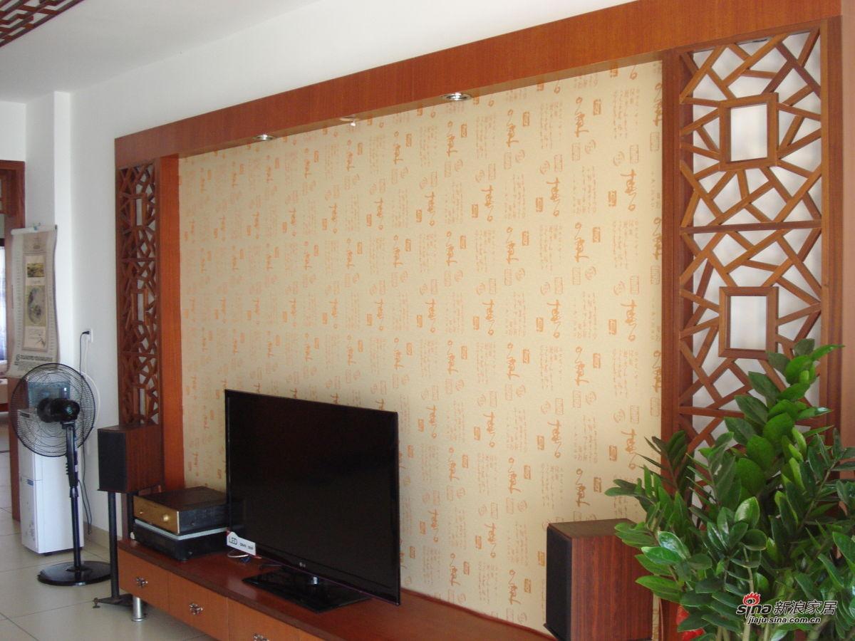 电视背景墙铺的是墙布,两侧对称的中式冰裂纹花格,是我的至爱图片