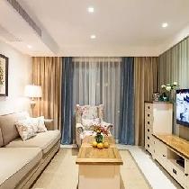 电视背景墙选用竖条纹壁纸,土黄色和浅绿色的搭配呈现出美式乡村的质朴气息。