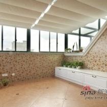 在开阳的二楼怎能错过美丽的阳光,主人在二楼增添一个室内花园,悠然自得,种花在屋顶。