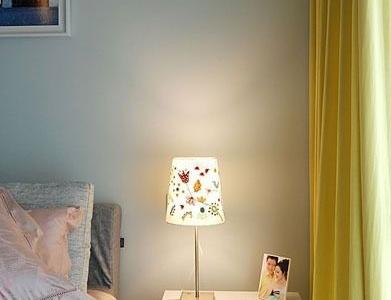 非常可爱的台灯,是花草的彩绘图案。