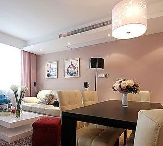 餐厅,实木的简约款式的餐桌搭配皮质的餐椅,舒适休闲的感觉。